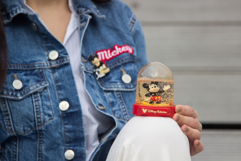 Le Fashionaire Mickey Mouse Club blogger catarine martins fashion inspiration denim jacket mickey minnie donald print mickey swarovski brooch 0500 EN 805x537