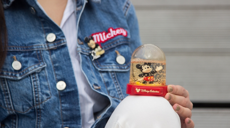 Le Fashionaire Mickey Mouse Club blogger catarine martins fashion inspiration denim jacket mickey minnie donald print mickey swarovski brooch 0500F EN 805x450
