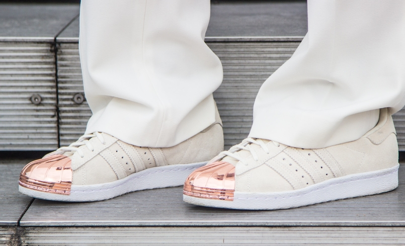 Le Fashionaire Mickey Mouse Club blogger catarine martins fashion inspiration flare white mango trousers white gold sneakers adidas super star 0519 EN 805x489