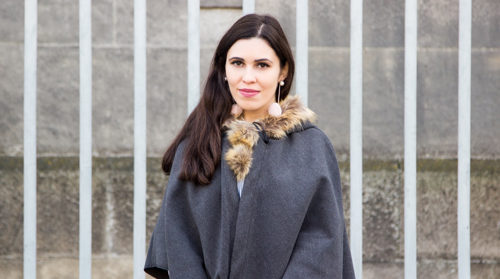 Le Fashionaire Move forward blogger catarine martins fashion inspiration pompom pale pink mango earrings grey brown pompom wool cape 0329F EN