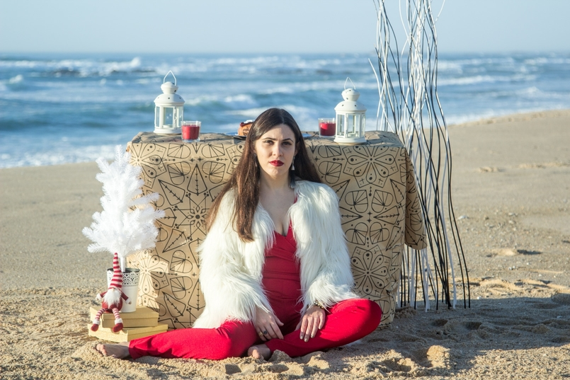 Le Fashionaire Christmas Editorial blogger catarine martins fashion inspiration red asos jumpsuit faux fur white zara coat tiger santa claus white christmas tree ikea beach 2000 EN 805x537