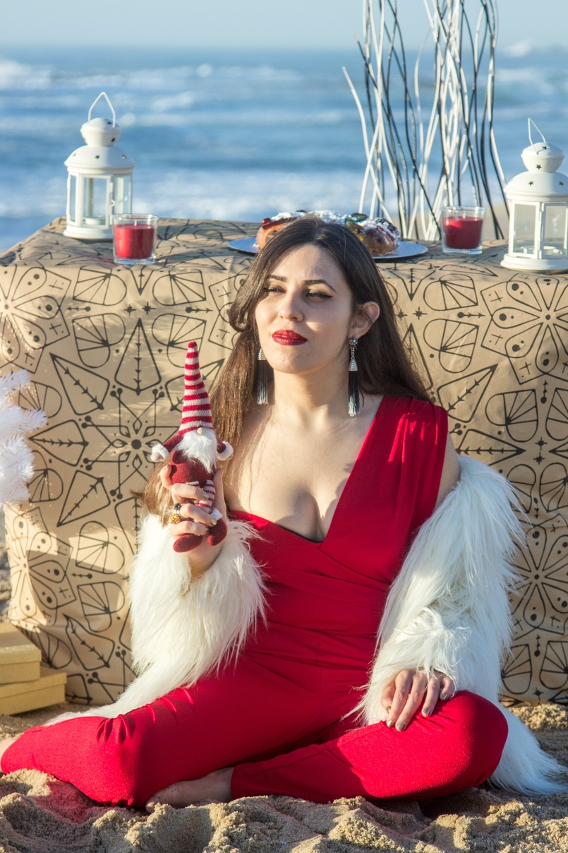 Le Fashionaire Christmas Editorial blogger catarine martins fashion inspiration red asos jumpsuit faux fur white zara coat tiger santa claus white christmas tree ikea beach 2033 EN 805x1208