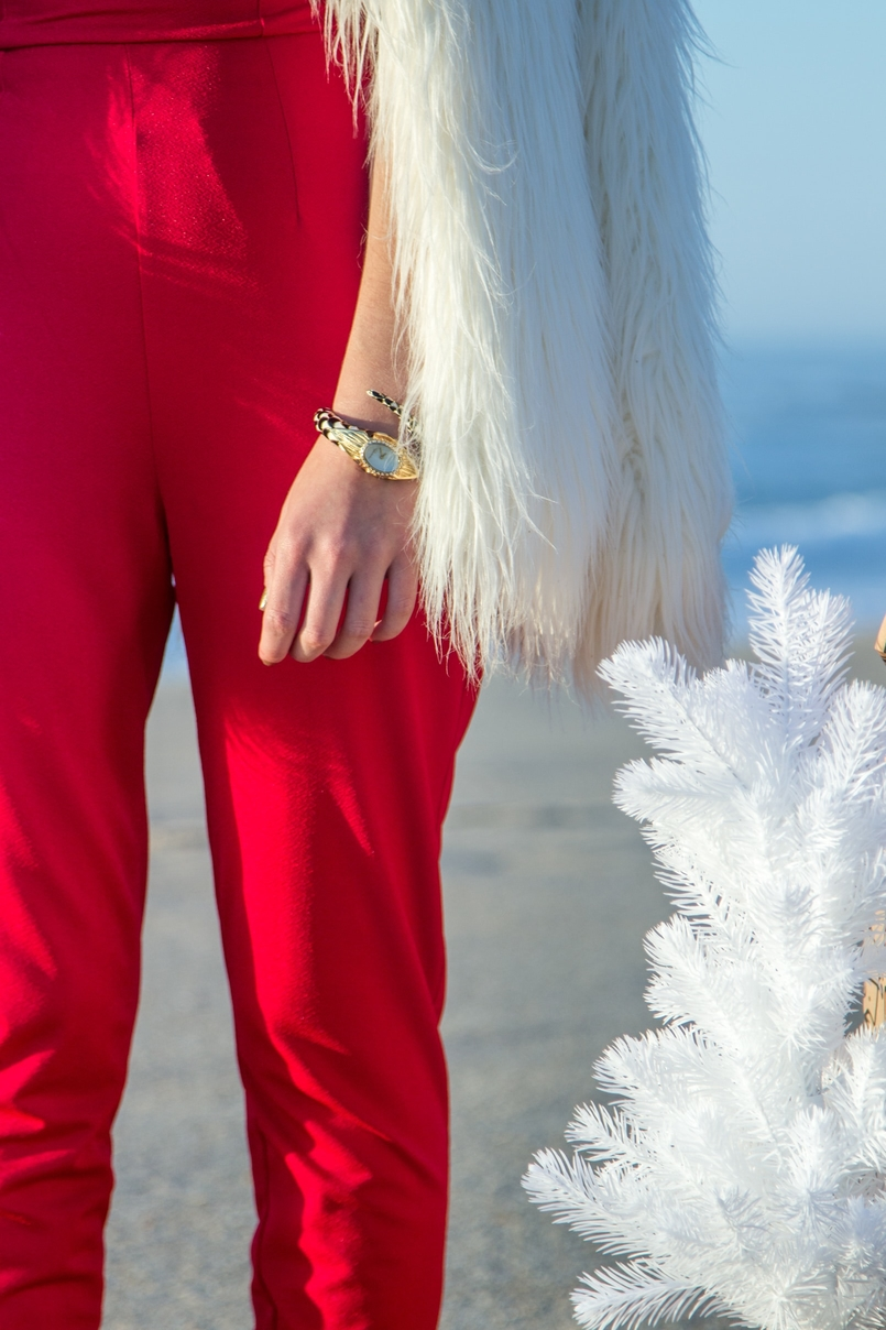 Le Fashionaire Christmas Editorial blogger catarine martins fashion inspiration red asos jumpsuit faux fur white zara coat tiger santa claus white christmas tree ikea beach 2090 EN 805x1208