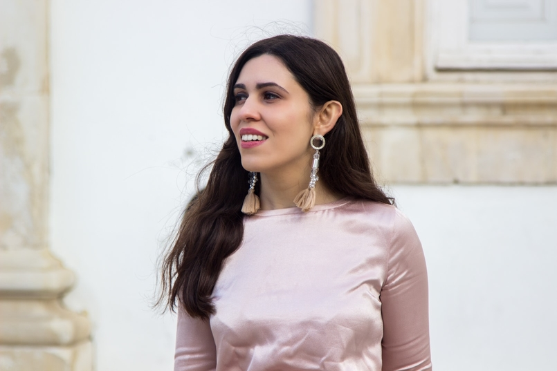 Le Fashionaire Its almost Christmas blogger catarine martins fashion inspiration satin old pink ruffle bershka blouse bold pvc pink transparent pink earrings 0568 EN 805x537