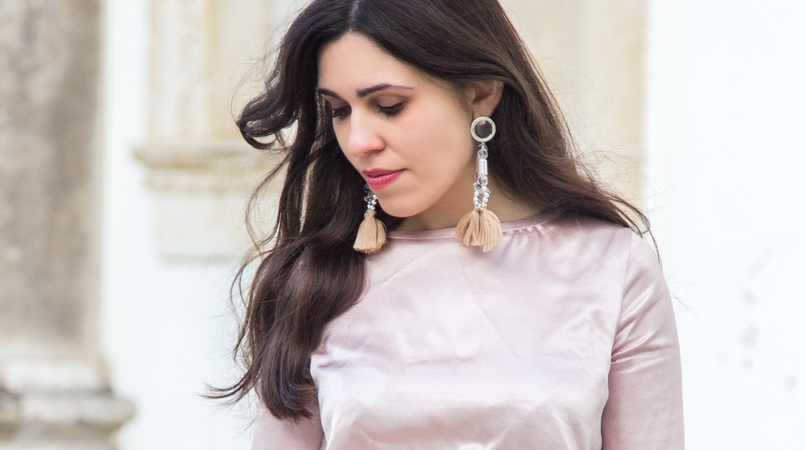 Le Fashionaire Its almost Christmas blogger catarine martins fashion inspiration satin old pink ruffle bershka blouse bold pvc pink transparent pink earrings 0579F EN 805x450