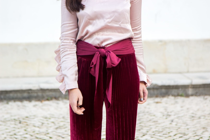 Le Fashionaire Its almost Christmas blogger catarine martins fashion inspiration velvet burgundy bow trousers satin old pink ruffle bershka blouse 0565 EN 805x537