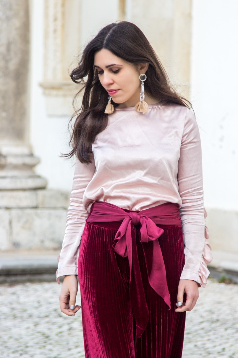 Le Fashionaire Its almost Christmas blogger catarine martins fashion inspiration velvet burgundy bow trousers satin old pink ruffle bershka blouse bold pvc transparent earrings 0579 EN 805x1208