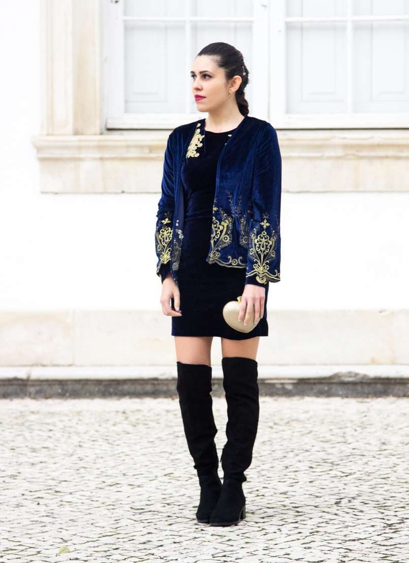 Le Fashionaire What to wear on new years eve? blogger catarine martins over knee black stradivarius boots hair acessories stradivarius velvet blue gold embroidered coat shein 0769 EN 805x1106