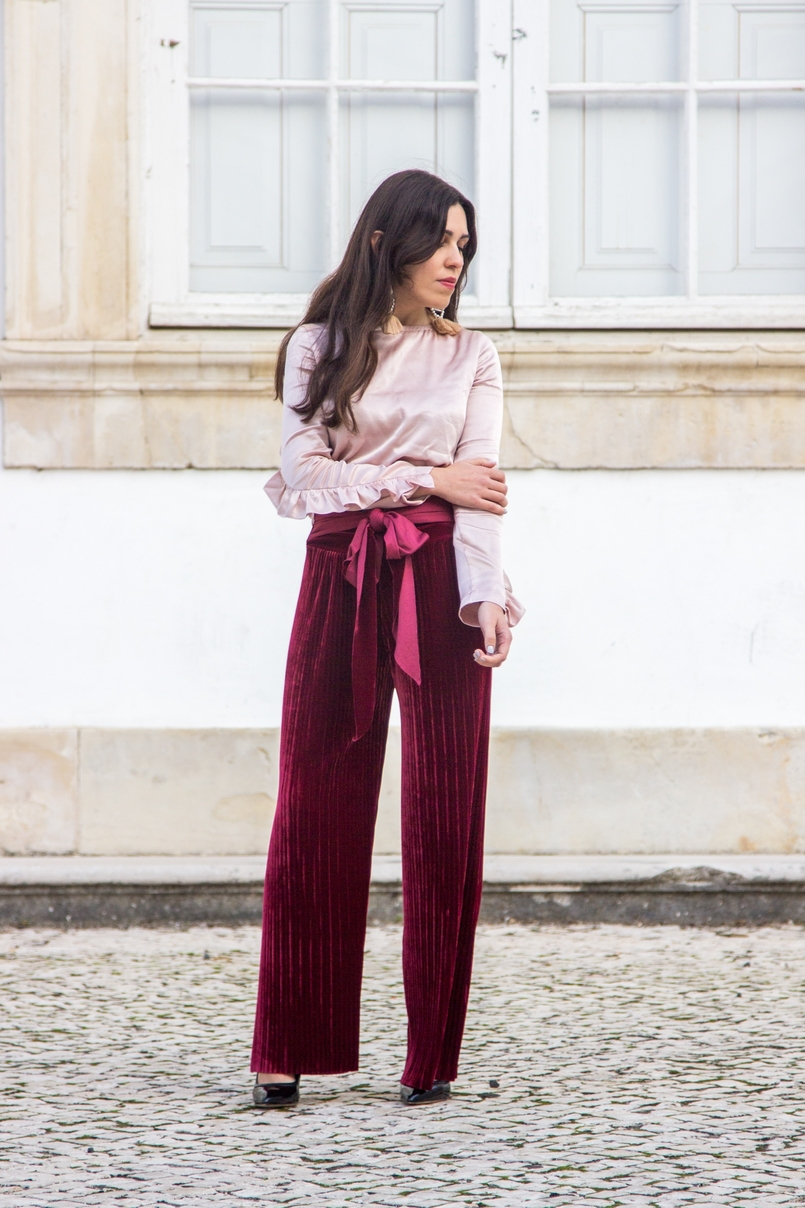 Le Fashionaire Its almost Christmas blogger catarine martins velvet burgundy bow trousers satin old pink ruffle bershka blouse black high pointed aldo heels 0562 EN 805x1208