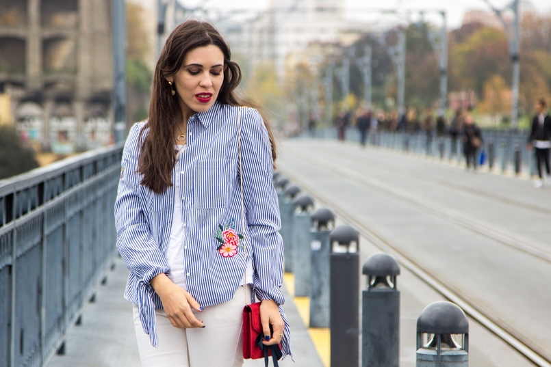 Le Fashionaire Special blogger catarine martins white blue stripes embroidered flower stradivarius shirt white basic tee stradivarius white mango skinny jeans 9703 EN 805x537