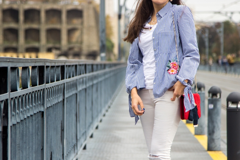 Le Fashionaire Special blogger catarine martins white blue stripes embroidered flower stradivarius shirt white basic tee stradivarius white mango skinny jeans 9747 EN 805x537