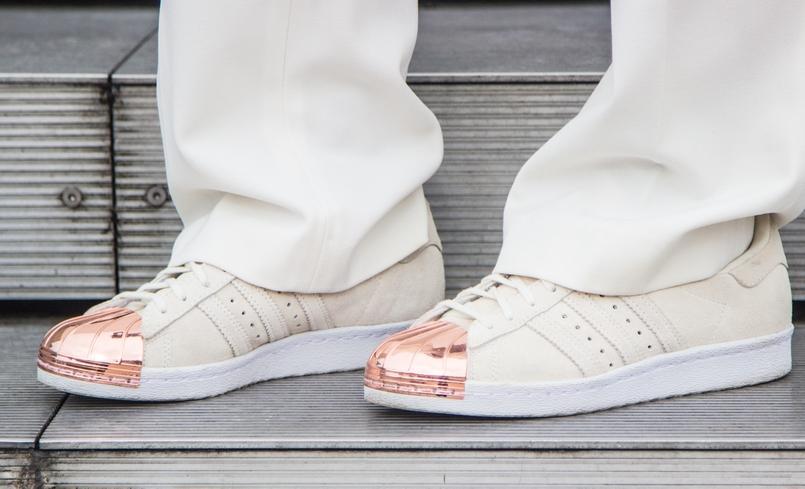 Le Fashionaire Clube Mickey blogueira catarine martins moda inspiracao calcas flare brancas mango sapatilhas brancas dourado adidas super star 0519 PT 805x489