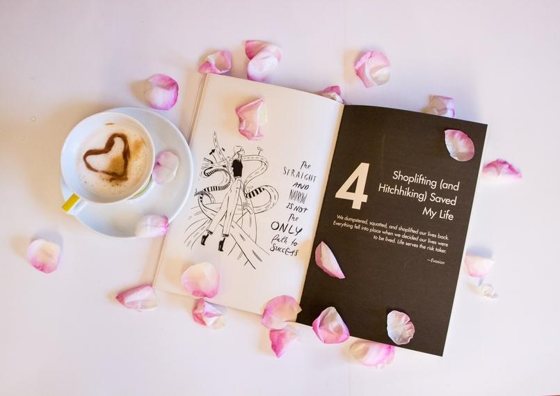 Le Fashionaire 3 dicas que aprendi com o Girl Boss blogueira catarine martins moda inspiracao livro girl boss sophia amoruso rosa cafe chavena transparente petalas rosa 180 PT 805x569