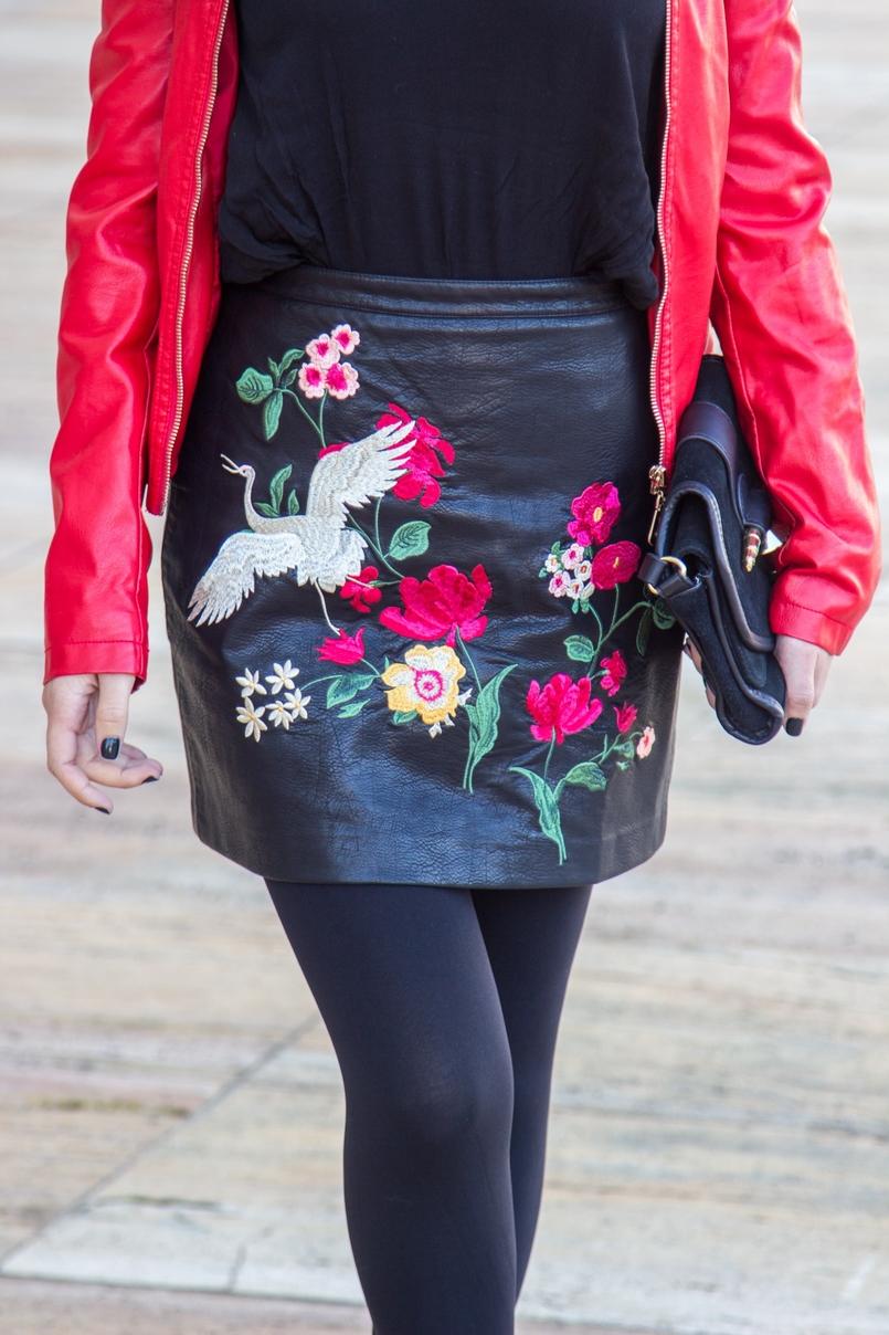 Le Fashionaire Ao sabor do vento blogueira catarine martins saia bordada flores passaro vermelha stradivarius casaco vermelho pele tachas antigo mala preta dourada zara 9425 PT 805x1208