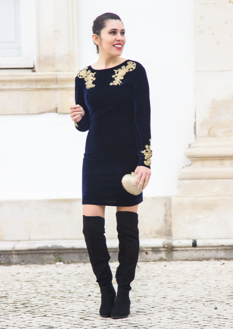 Le Fashionaire What to wear on new years eve? blue velvet gold embroidered flowers asos dress over knee black stradivarius boots heart gold bershka clutch 0739 EN 805x1135