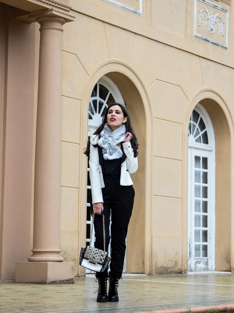 Le Fashionaire Uma questão de sorte casaco branco preto pormenor botao zara calcas sporty pretas zara botas pretas militares stradivarius estola pelo coelho cinza branca 9813 PT 805x1079