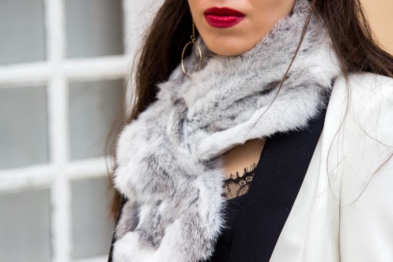 Le Fashionaire Uma questão de sorte casaco branco preto pormenor botao zara estola pelo coelho cinza branca top preto renda stradivarius brincos dourados compridos argolas hm 9836 PT 805x537