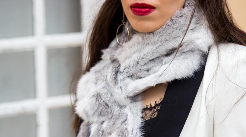 Le Fashionaire Uma questão de sorte casaco branco preto pormenor botao zara estola pelo coelho cinza branca top preto renda stradivarius brincos dourados compridos argolas hm 9836F PT 805x450