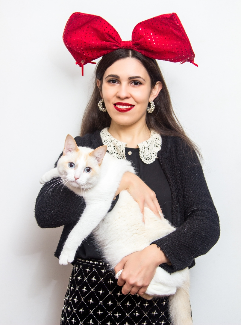 Le Fashionaire Feliz Natal! gato branco laco vermelho lantejoulas natal claires camisa gola branca lanidor casaco preto zara saia preta branca zara perolas 0904 PT 805x1084