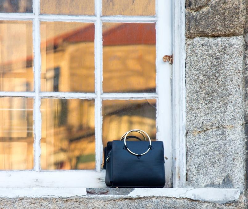 Le Fashionaire Carpe Diem janela cidade mala preta argola dourada zara 2414 PT 805x676