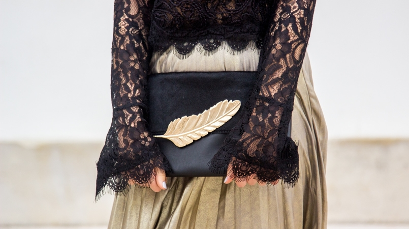 Le Fashionaire Another Christmas outfit lace black bell sleeves zara top pleated metallic gold skirt stradivarius black gold leaf leather mango clutch 0688F EN 805x450