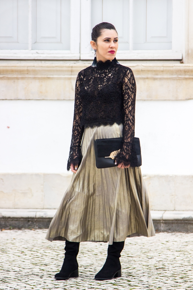 Le Fashionaire Another Christmas outfit lace black bell sleeves zara top pleated metallic gold skirt stradivarius over knee black boots stradivarius black gold leaf leather mango clutch 0691 EN 805x1208