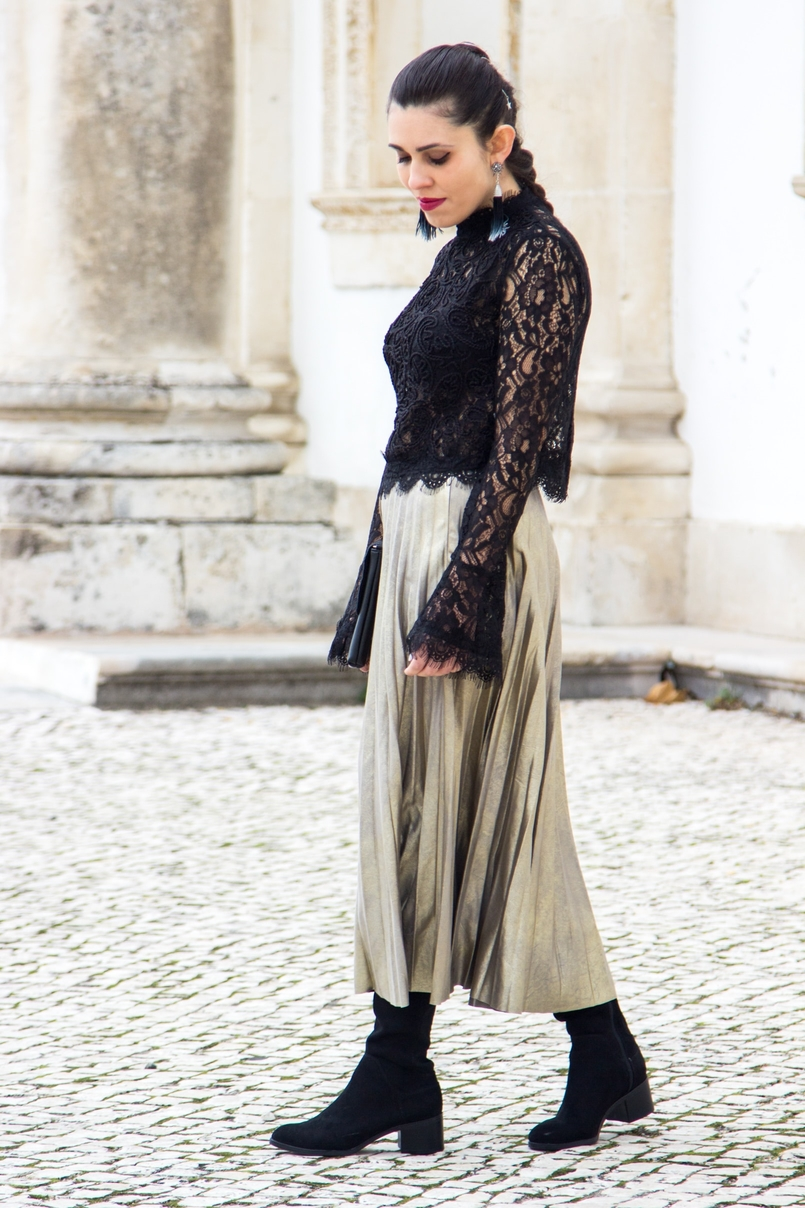 Le Fashionaire Another Christmas outfit lace black bell sleeves zara top pleated metallic gold skirt stradivarius over knee black boots stradivarius black gold leaf leather mango clutch 0725 EN 805x1208