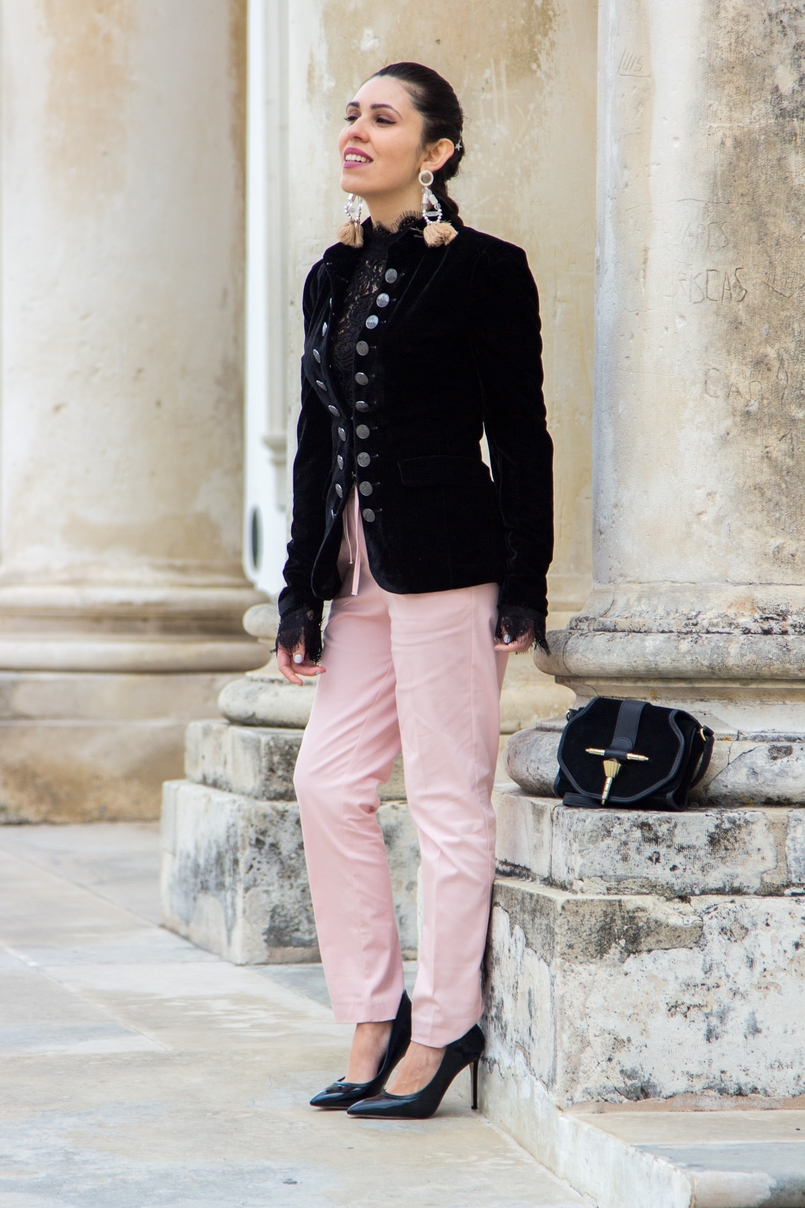 Le Fashionaire O que vestir nos jantares de natal? moda inspiracao casaco veludo preto botoes prateados stradivarius sapatos altos salto agulha pretos aldo mala preta camurca dourada zara 0626 PT 805x1208