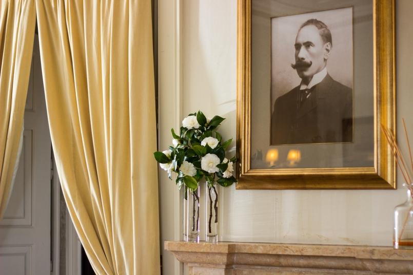 Le Fashionaire Palácio da Lousã Boutique Hotel painting jug flowers decor lousa palace boutique hotel 1415 EN 805x537