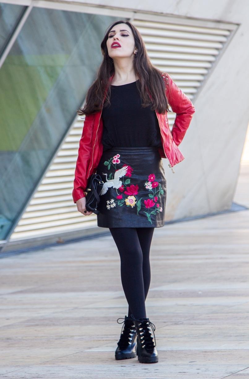 Le Fashionaire Ao sabor do vento saia bordada flores passaro vermelha stradivarius botas pretas pelos militar stradivarius casaco vermelho pele tachas antigo mala preta dourada zara 9397 PT 805x1225
