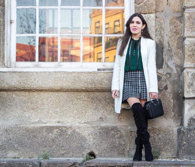 Le Fashionaire Carpe Diem saia preta branca xadrez zara camisa verde escuro zara botas acima joelho pretas stradivarius sobretudo branco mango mala preta argola dourada zara 2411 PT 805x690