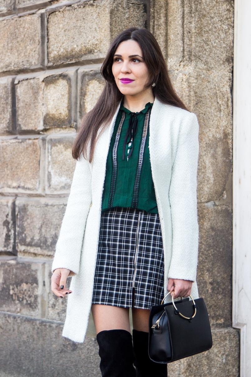 Le Fashionaire Carpe Diem saia preta branca xadrez zara camisa verde escuro zara botas acima joelho pretas stradivarius sobretudo branco mango mala preta argola dourada zara 2444 PT 805x1208