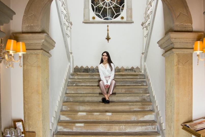 Le Fashionaire Palácio da Lousã Boutique Hotel staircase blogger catarine martins lousa palace boutique hotel white gold buttons silk zara shirt 1262 EN 805x537