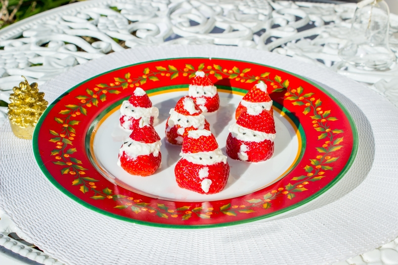Le Fashionaire Strawberry and Chantilly Santa for Christmas strawberry whipped cream santa claus recipe christmas red white chantilly vista alegre holly red white plate christmas 143 EN 805x537