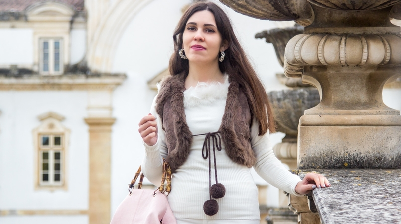 Le Fashionaire Living is not for the weak sweater white knit feather vintage brown leather mango pompom vest pale pink bamboo parfois bag earrings white pearl pedra dura 1117F EN 805x450