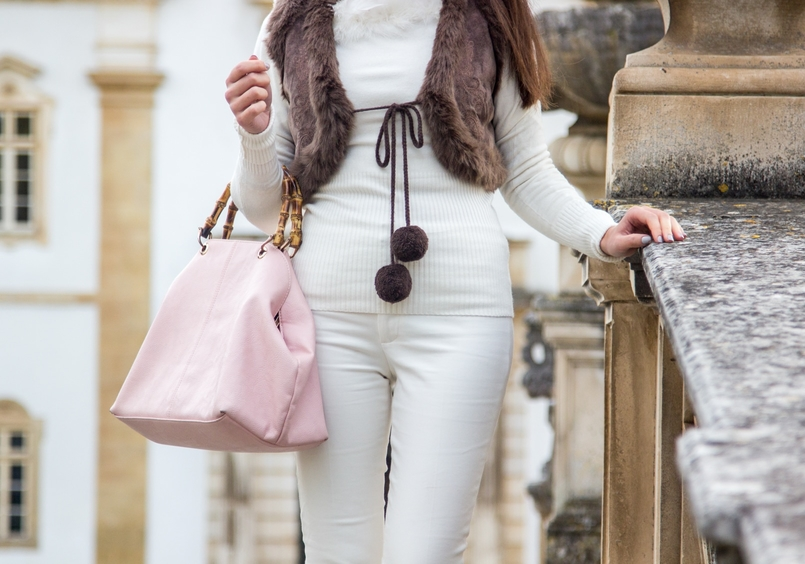 Le Fashionaire Living is not for the weak sweater white knit feather vintage brown leather mango pompom vest trousers white zara pale pink bamboo parfois bag 1116 EN 805x564