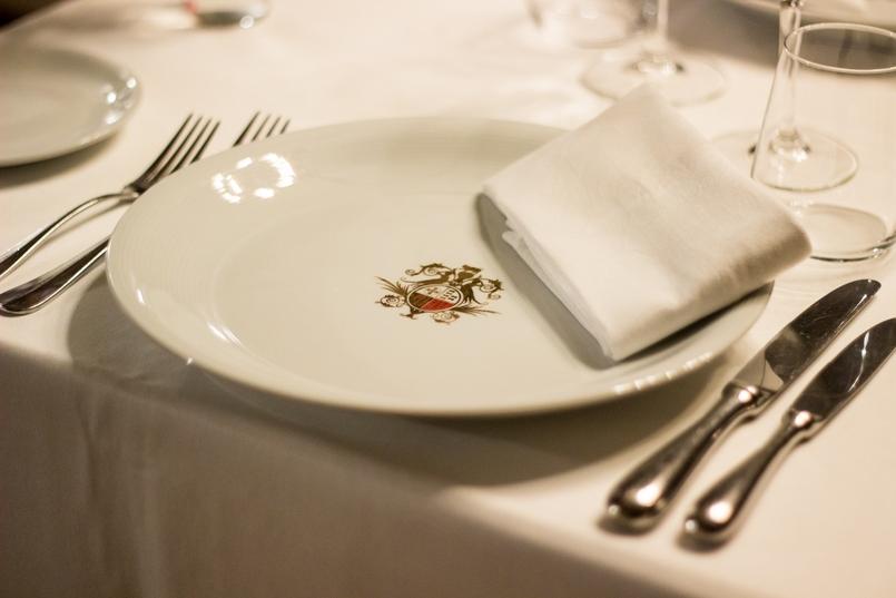 Le Fashionaire Palácio da Lousã Boutique Hotel table plate cutelry royal lousa palace boutique hotel 1575 EN 805x537