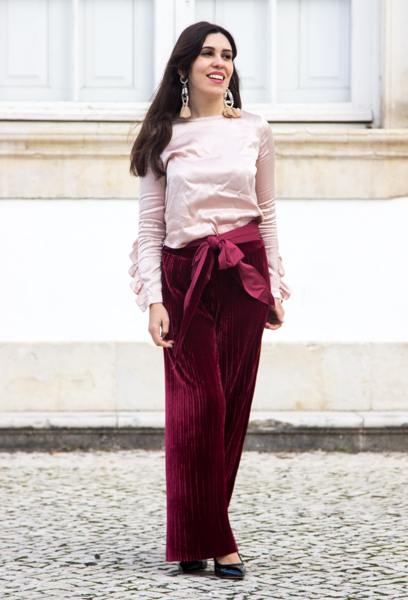 Le Fashionaire Its almost Christmas velvet burgundy bow trousers satin old pink ruffle bershka blouse black high pointed aldo heels bold pvc pink transparent pink earrings 0528 EN 805x1182