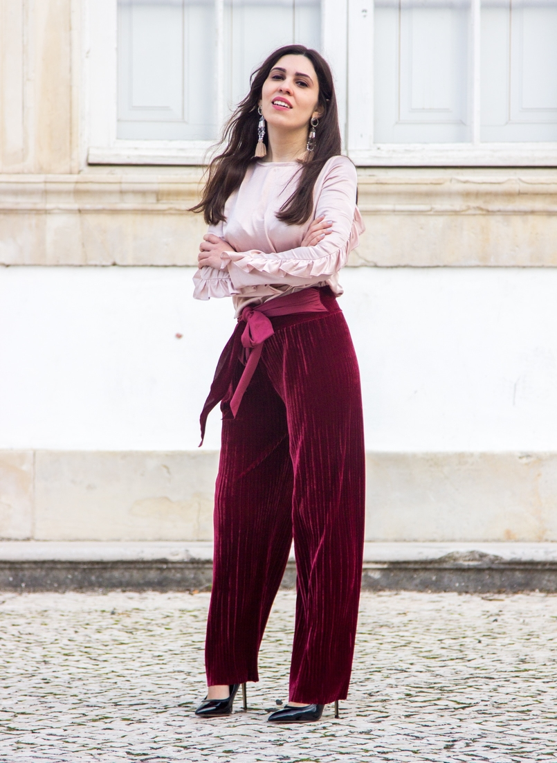 Le Fashionaire Its almost Christmas velvet burgundy bow trousers satin old pink ruffle bershka blouse black high pointed aldo heels bold pvc pink transparent pink earrings 0540 EN 805x1102