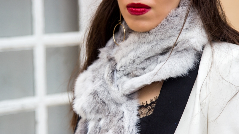 Le Fashionaire Whats luck got to do with it? white black zara blazer rabbit fur white grey stole lace black stradivarius top gold long hoop hm earrings 9836F EN 805x450