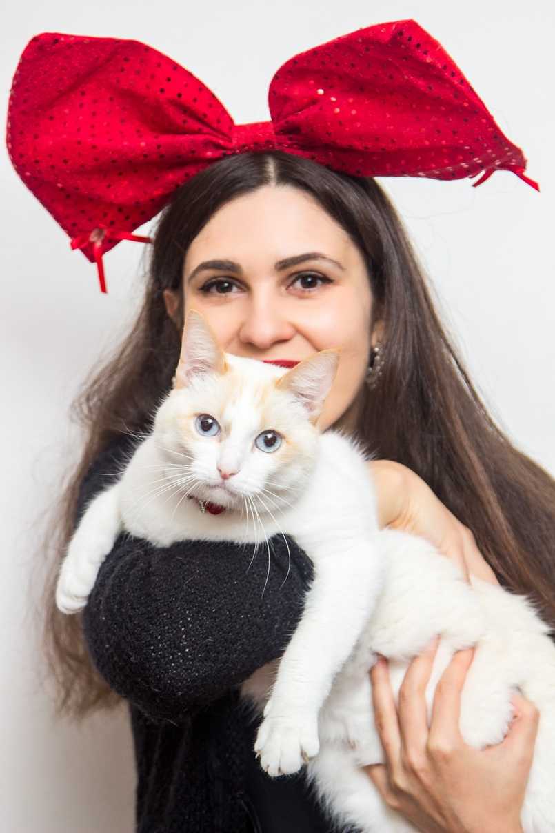 Le Fashionaire Merry Christmas! white cat blogger catarine martins red christmas claires bow white crochet shirt lanidor neck black zara cardigan 0928 EN 805x1208