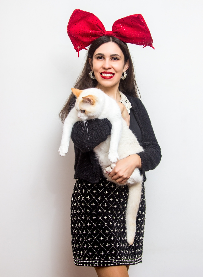 Le Fashionaire Merry Christmas! white cat red christmas claires bow white crochet shirt lanidor neck black zara cardigan black white pearls skirt 0919 EN 805x1096