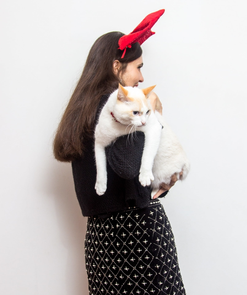 Le Fashionaire Merry Christmas! white cat red christmas claires bow white crochet shirt lanidor neck black zara cardigan black white pearls skirt 0921 EN 805x961