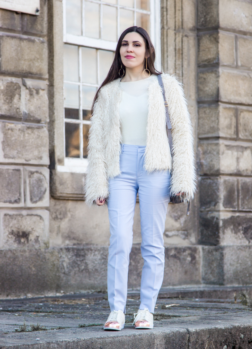 Le Fashionaire Why women have to support other women blogger catarine martins baby blue zara trousers white zara faux fur coat white adidas superstar sneakers gold plated 3818 EN 805x1114