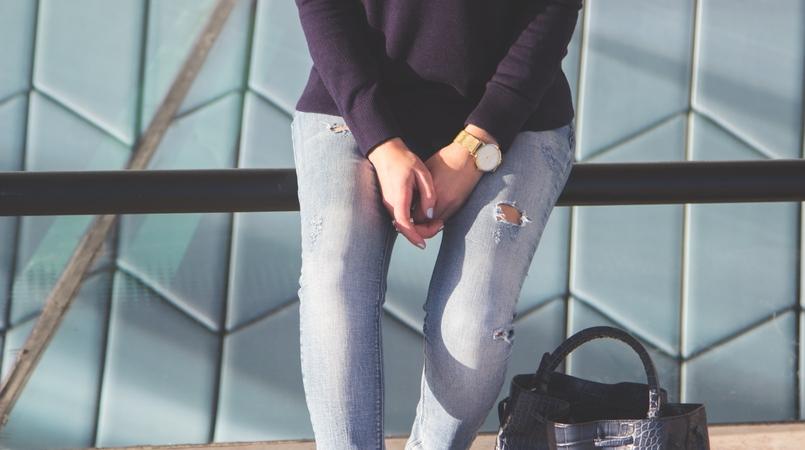 Le Fashionaire MAAT blogger catarine martins dark blue grey bugs uterque knit sweater light denim sfera jeans dark blue croc leather zara bag 3255F EN 805x450