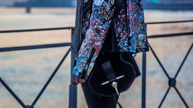 Le Fashionaire Spending time alone blogger catarine martins fashion inspiration biker jacket colorful black robe noir black minimalistic gold suede zara clutch 3557F EN 805x450