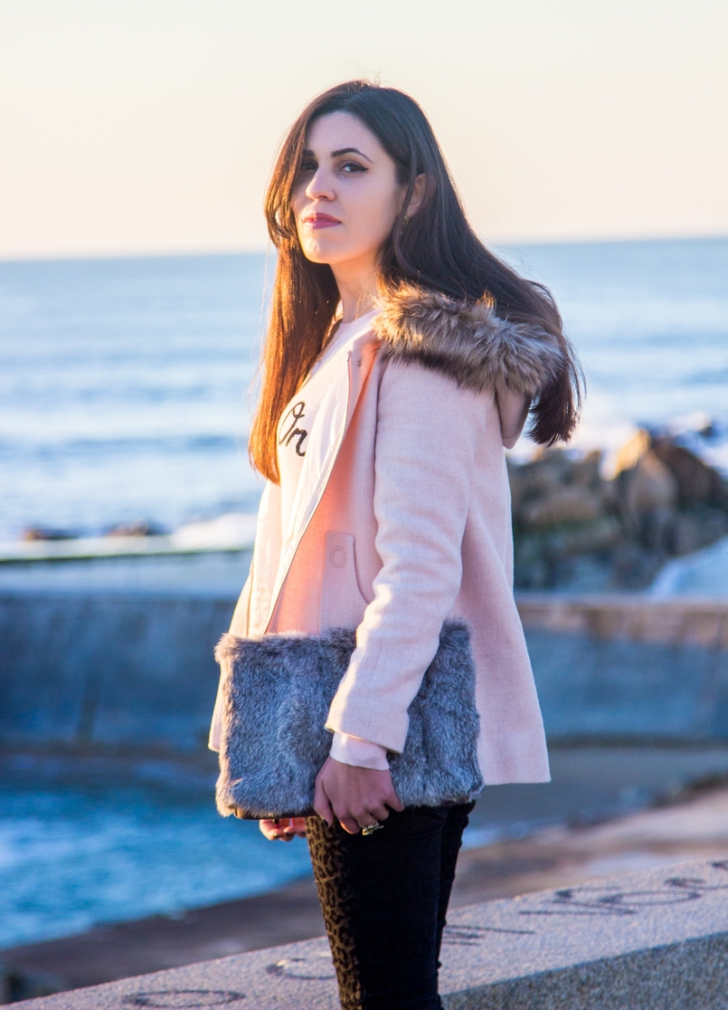Le Fashionaire Happiness is in the little things blogger catarine martins fashion inspiration fur grey clutch pale pink winter coat zara kids beach sea 2672 EN 805x1116