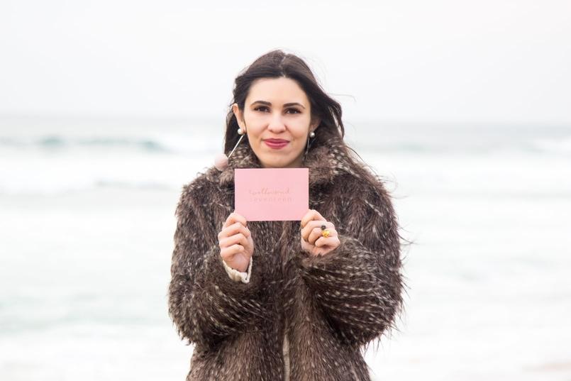 Le Fashionaire 3 máximas para 2017 blogueira catarine martins casaco pelos bege cinza brincos pompom rosa claro mango 3588 PT 805x537