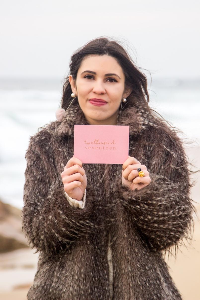 Le Fashionaire 3 máximas para 2017 blogueira catarine martins casaco pelos bege cinza brincos pompom rosa claro mango 3590 PT 805x1208