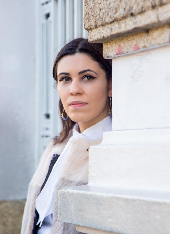 Le Fashionaire A amizade acaba? blogueira catarine martins casaco rosa bege pelos asos camisa branca laco vitoriano globe brincos triangulo roxo ametista hm 4738 PT 805x1112